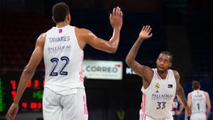 Tavares y Thompkins chocan sus manos en el Buesa Arena.