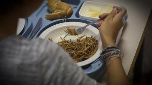 Una joven con transtorno alimenticio comiendo en un centro de día.