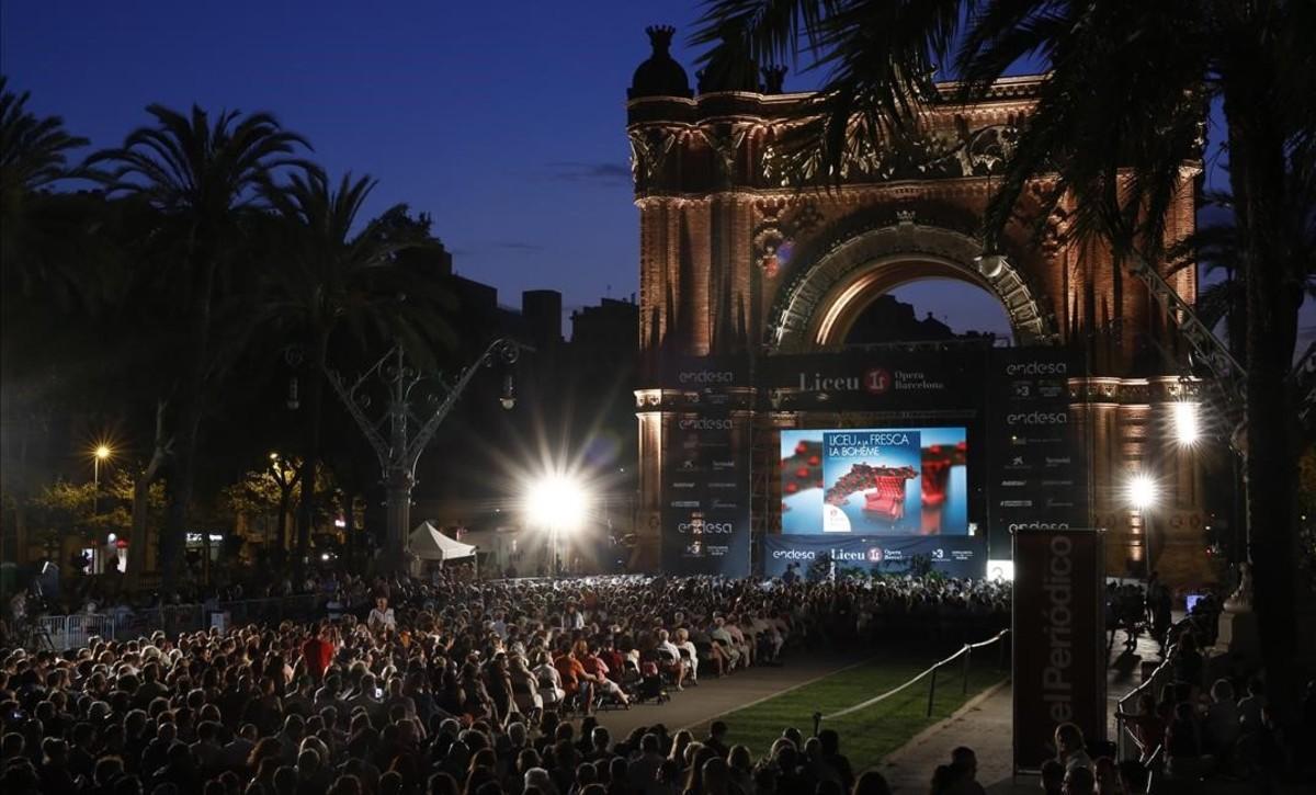 Ambiente en Arc de Triomf para ver 'La bohème' al aire libre y gratis, el verano pasado.