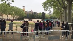Colas de ecuatorianos en Montjuic para votar en las elecciones de su país. foto MLópez/vídeo Ricard Cugat