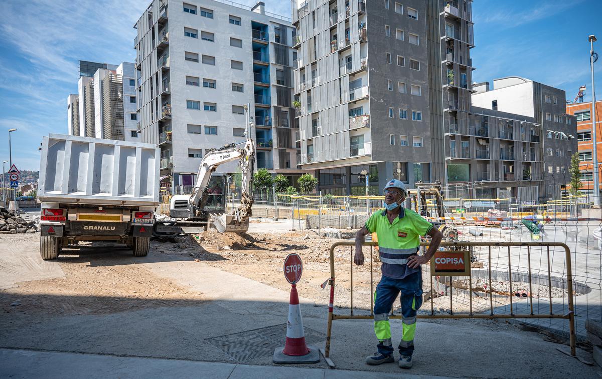 Trabajador de la construcción, en una obra de la calle Almogàvers de Barcelona.
