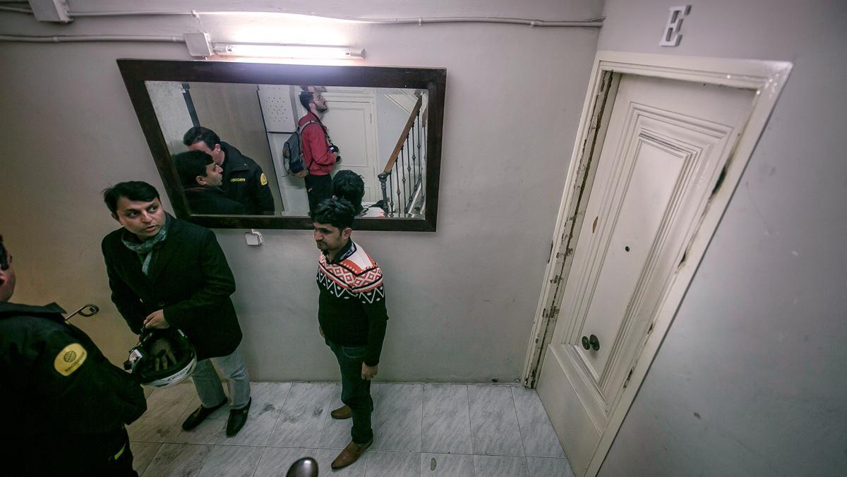 Un vigilante controla la entrada y las viviendas de Hospital, 19.