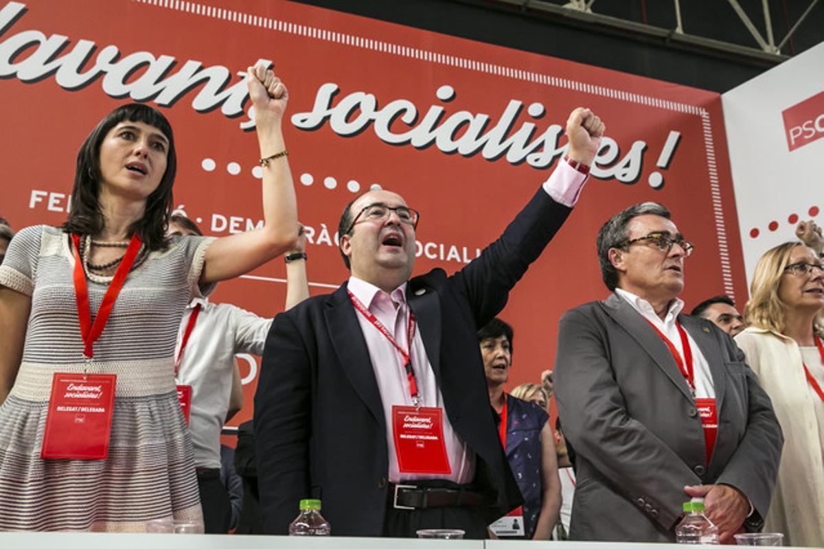 Miquel Iceta, entre la alcaldesa de Santa Coloma, Núria Parlon y el alcalde de Lleida, Àngel Ros, canta 'La internacional' al finalizar el congreso.