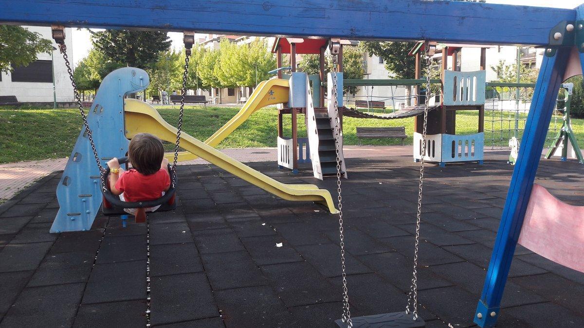 Los expertos recomiendan no saturar la agenda de los niños, que deben tener tiempo para jugar en el parque e, incluso, aburrirse.