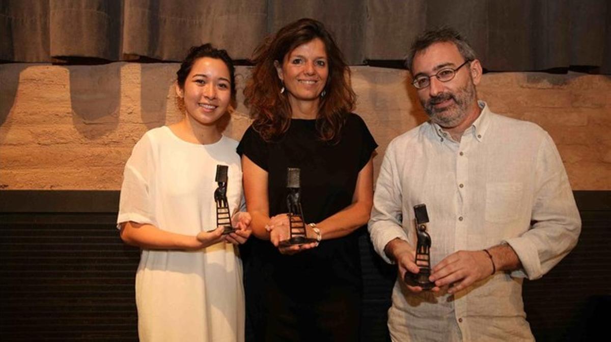 Los ganadores del Premi Llibreter, Emily Hughes, Maylis de Kerangal y Joan Benasiu, en la Antiga Fàbrica Damm, de Barcelona.