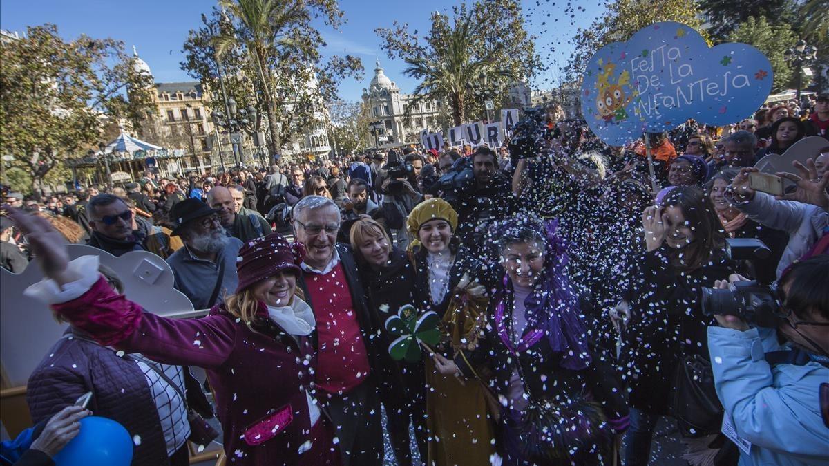 Las 'Magas de Enero' a su llegada al Ayuntamiento de València, donde les esperaba el alcalde Joan Ribó