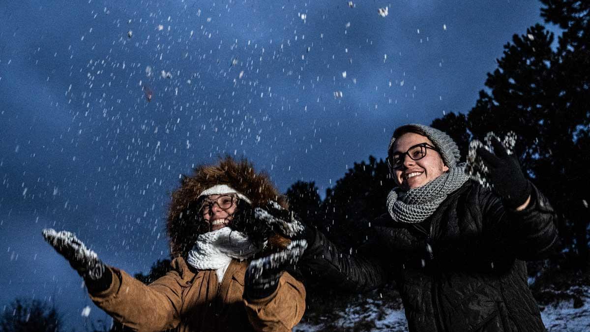 Dos personas disfrutan de la nevada en Sao Joaquim-Urupema, Brasil.