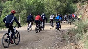 Ciclistas en la carretera de les Aigües
