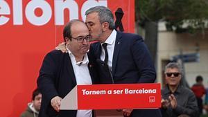 Jaume Collboni consuela a Miquel Iceta durante el acto de homenaje a Pérez Rubalcaba.