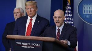 Trump da una rueda de prensa junto al doctor Stephen Hahn, responsable de la Agencia estadounidense de Fármacos y Alimentos (derecha) y el vicepresidente Mike Pence.