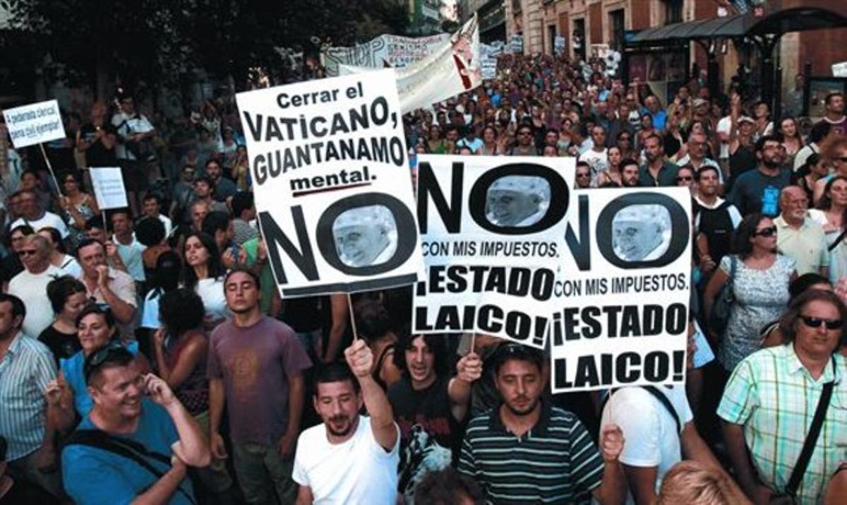 La marcha de protesta contra el gasto público en la visita del Papa, ayer en el centro de Madrid.