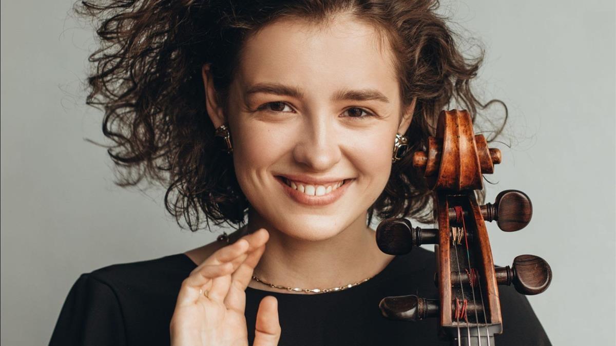 La violonchelista Anastasia Kobekina debutará con la OBC este viernes.