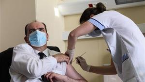 França reprèn la vacunació amb AstraZeneca però la recomana per a més grans de 55 anys