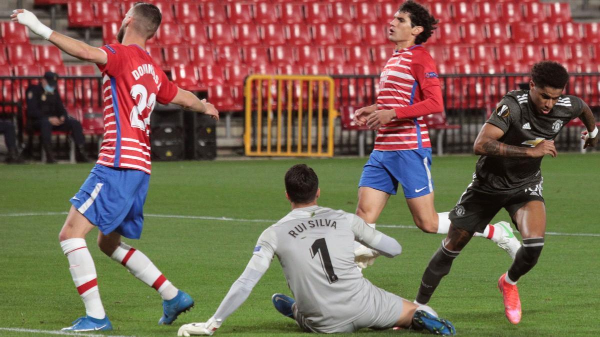 Rashford (derecha) celebra su gol en Granada.
