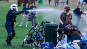 La policía belga intenta desalojar a los participantes del falso festival 'La Boum'