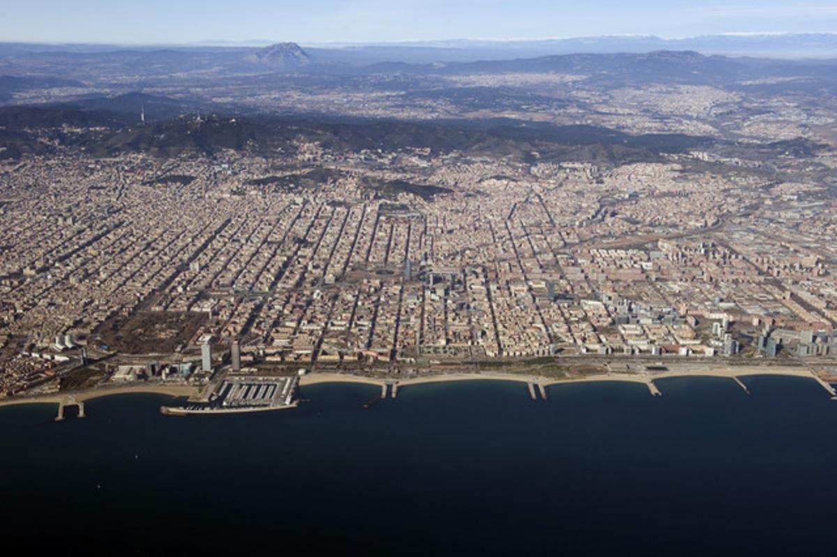 Una imagen aérea de Barcelona desde el mar.