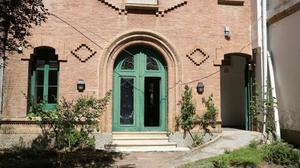 La puerta del Centro de Atención Inmediata de los menores migrantes sin referentes familiares, en Collserola.