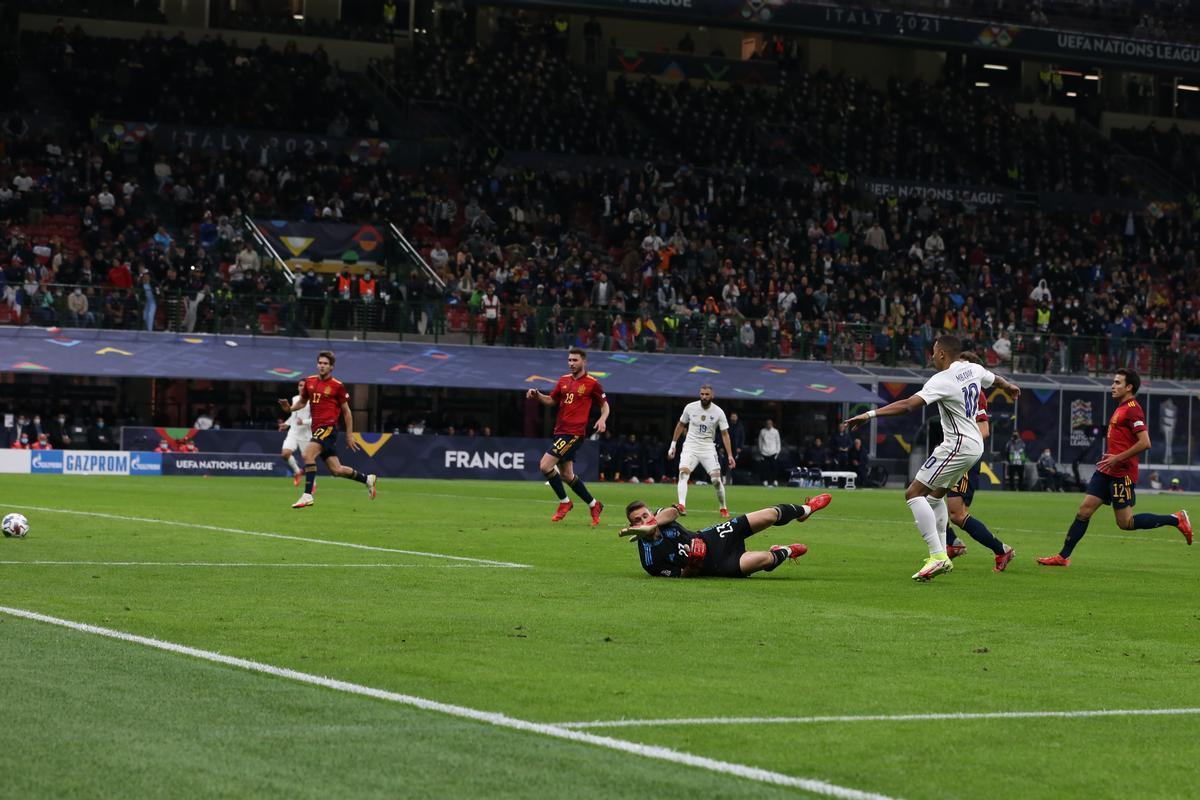 Mbappé supera a Unai en la jugada clave de la final.