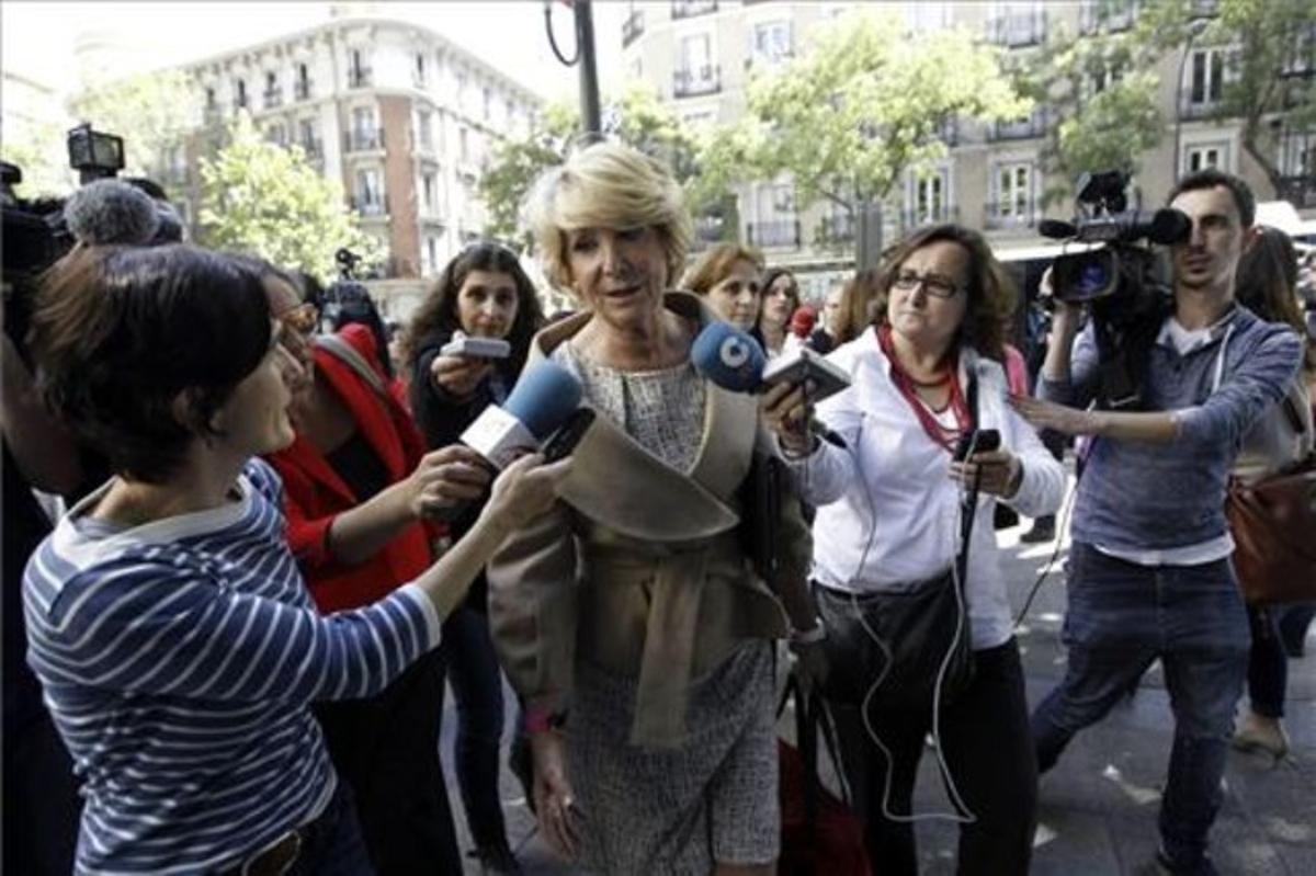La presidenta del PP de Madrid, Esperanza Aguirre, realiza declaracionesa su llegada a la reunión del Comité Ejecutivo Nacional de su partido, para analizar los resultados de las elecciones al Parlamento Europeo