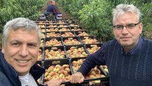 Josep y Jordi Ametller, en una finca agrícola.