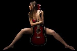 Mujer y guitarra.