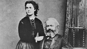 Eleanor Marx, junto a su padre, Karl, autor de 'El Capital'.