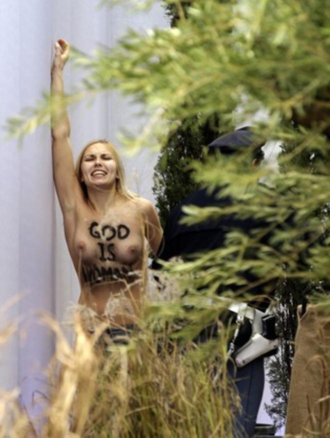 Una activista de Femen ha intentado llevarse la imagen del niño Jesús del pesebre del Vaticano, este jueves.