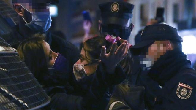 Momentos de tensión entre policías nacionales y manifestantes  en la Plaza de Neptuno, en Madrid.