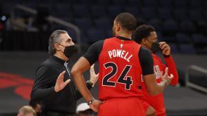 Scariolo habla con Powell ante Lowry en el reciente partido contra los Rockets.