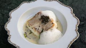 La raya con mantequilla blanca con caviar del restaurante Mont Bar.