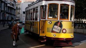 Una mujer se dispone a subir a un tranvía en el centro de Lisboa, el pasado 31 de octubre.