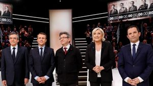 De izquierda a derecha, François Fillon, Emmanuel Macron, Jean-Luc Melenchon, Marine Le Pen y Benoit Hamon, antes del debate televisado.