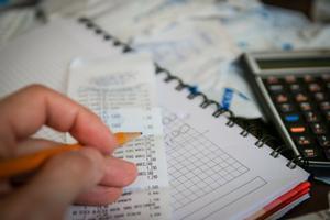La falta de educación financiera hace que las familias sean más proclives al endeudamiento.