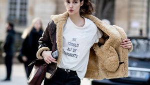 Una modelo luce la camiseta We should all be feminists (Todos deberíamos ser feministas) que comercializó Dior.