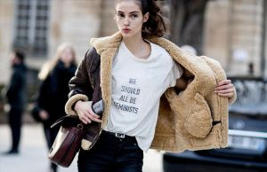 Una modelo luce la camiseta We should all be feminists (Todos deberíamos ser feministas) que comercializó Dior.