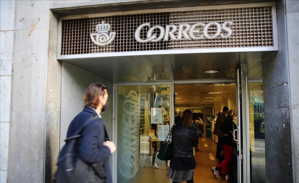 Una oficina de Correos en el paseo de Sant Joan de Barcelona.