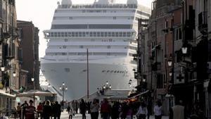 Un crucero, a su entrada a la ciudad de Venecia.