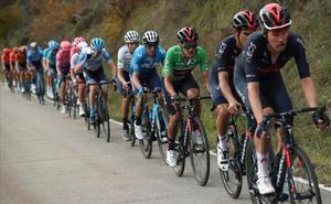 El pelotón de la Vuelta conducido por el conjunto Ineos de Richard Carapaz.