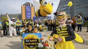 Manifestantes a favor de la prohibición de los insecticidas dañinos para las abejas.