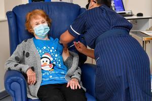 Margaret Keenan, la primera europea vacunada de covid-19, en Coventry (Reino Unido).