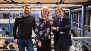 De izquierda a derecha, Ronan Bardet, Anna Golsa e Ignacio Pla, en la redacción de EL PERIÓDICO.