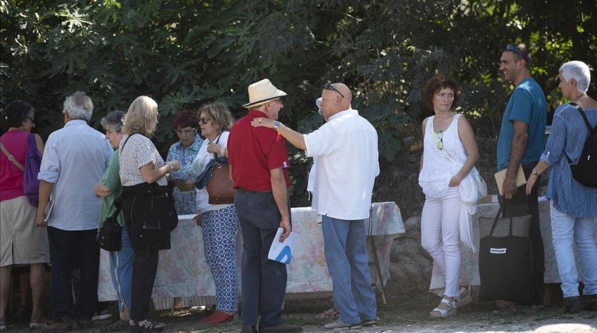 Josep Pàmies charla con uno de los asistentes al congreso 'Salud censurada', en Balaguer.
