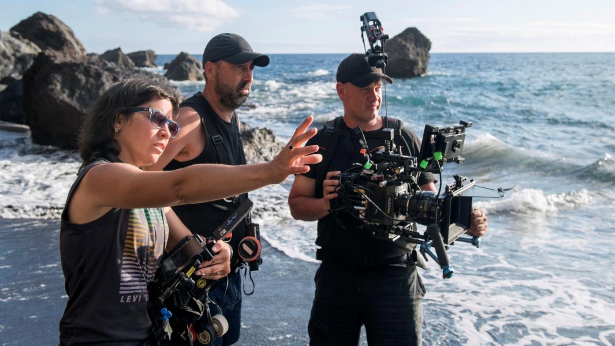 Claudia Pinto, con su equipo, durante el rodaje de la película.