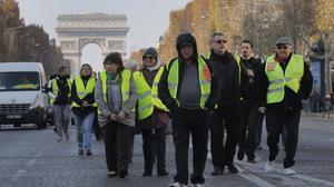 La portesta en los campos Elíseos de París, con el Arco de Triunfo al fondlo.