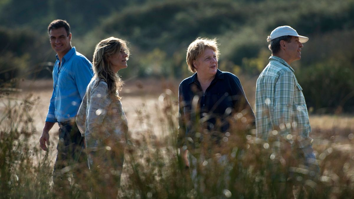 TOPSHOT - Spanish Prime Minister Pedro Sanchez (L), his wife Maria Begona Gomez Fernandez (2ndL), German Chancellor Angela Merkel (2ndR) and her husband Joachim Sauer visit the Donana National Park in southern Spain on August 11, 2018. (Photo by LAURA LEON / POOL / AFP)