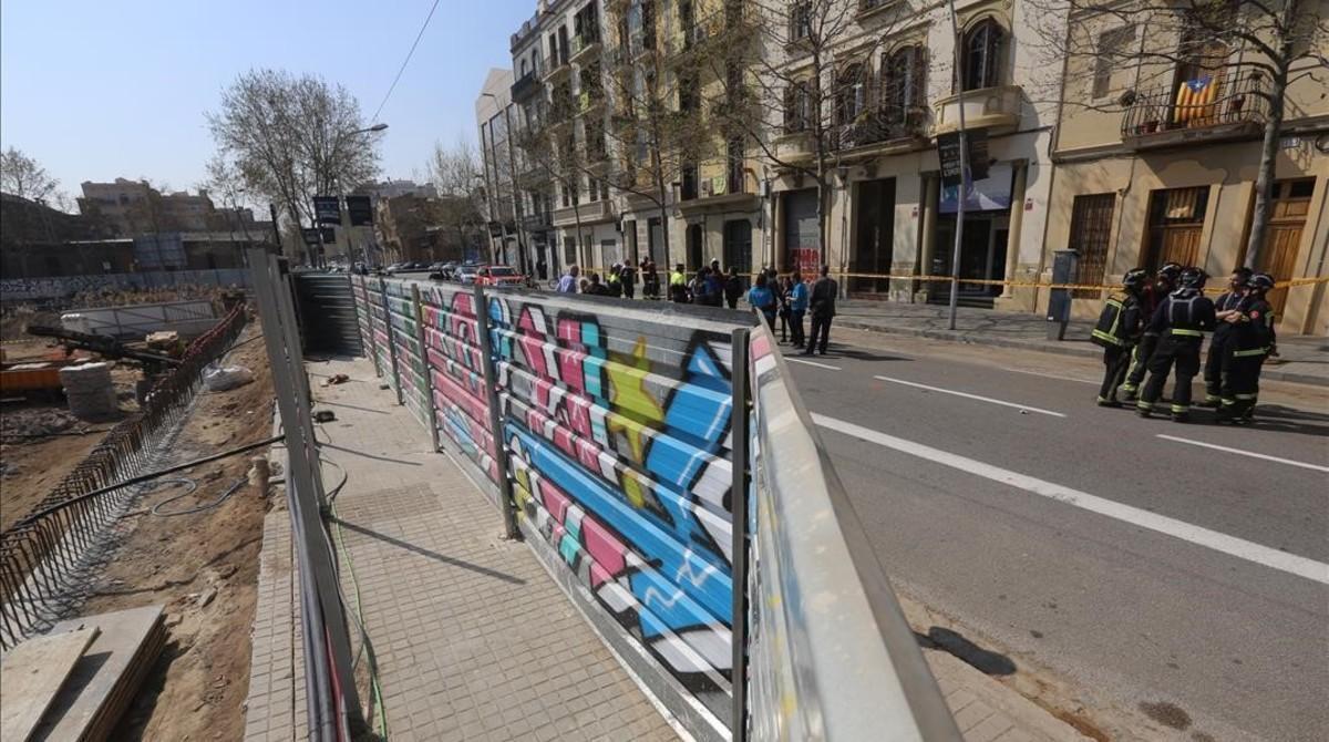 En la imagen las obras frente al edificio afectado.