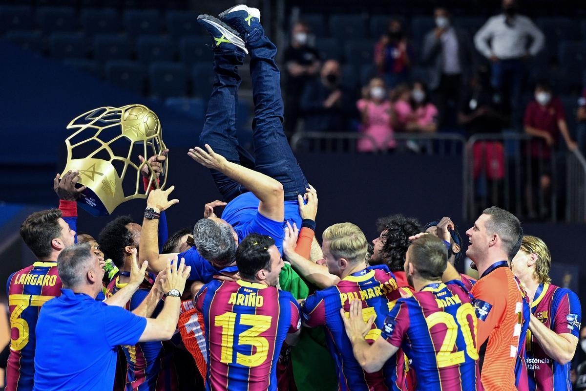Los azulgranas mantean a Xavi Pascual tras ganar la Champions en Colonia.