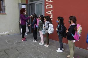 Cola de alumnos en el colegio Puig-Agut de Manlleu.