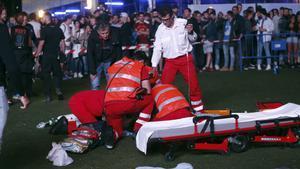 Servicios médicos intentan reanimar al acróbata accidentado en el festival Mad Cool de Madrid.