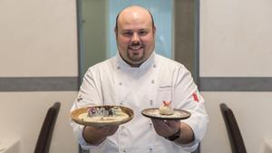 El chef Jordi Esteve, del restaurante Nectari, muestra un canelónde cabra hispanica y un mollete de solomillo.